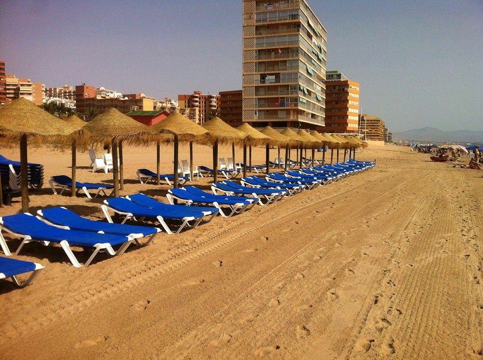 Instalación Sombrillas de Esparto en la Playa de Alicante
