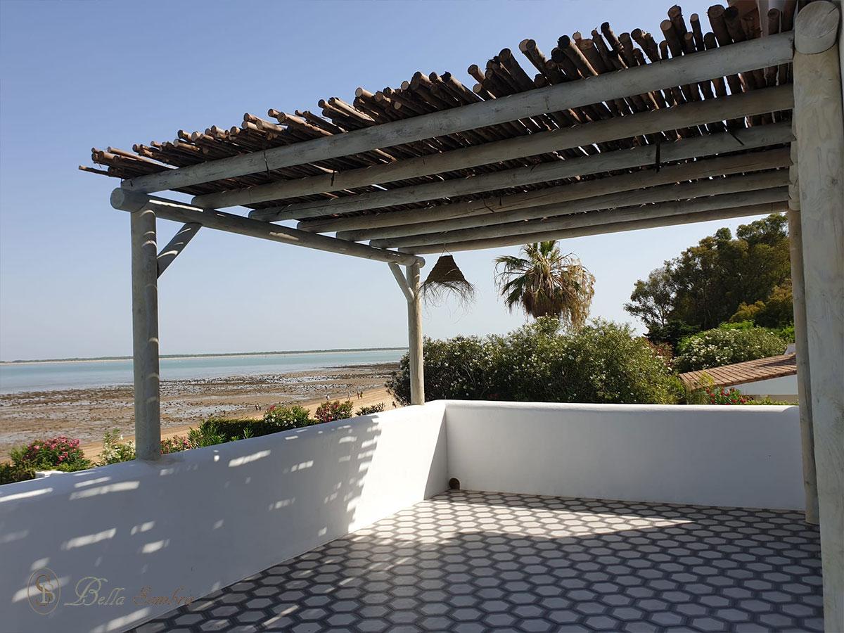 Pérgola de madera con cobertura en eucalipto