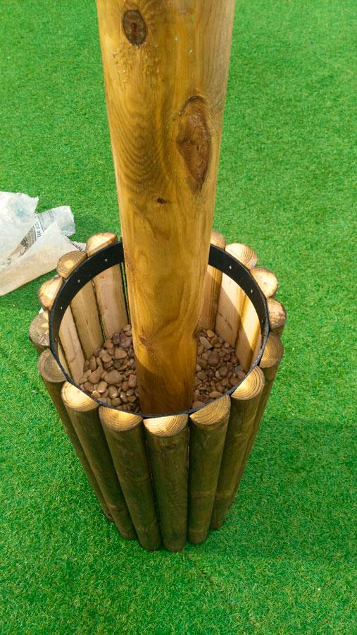 Instalación de sombrillas de brezo sobre bases de madera
